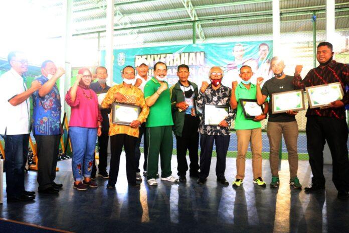 Sembilan pahlawan olahraga asal Jatim menerima apresiasi dari KONI Jatim tepat di hari pahlawan nasional, Selasa (10/11)
